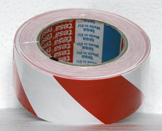 Podlahová lepicí páska TESA síla 180 µm - ČERVENO/BÍLÉ PRUHY